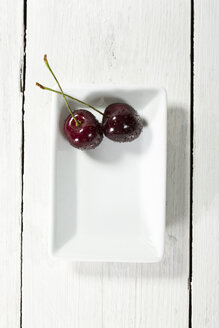 Cherries in plate, close up - MAEF007190