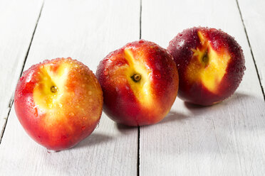 Nectarines on wooden table, close up - MAEF007197