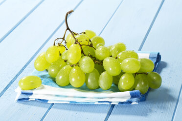 Bunch of grapes on napkin, close up - MAEF007201