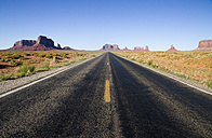Usa, Utah, View of road in desert to Monument Valley - MBEF000635