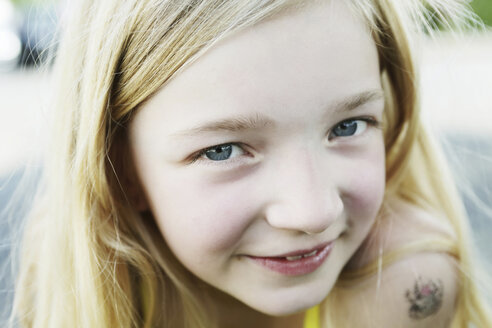 Germany, North Rhine Westphalia, Cologne, Portrait of girl, smiling, close up - JATF000243
