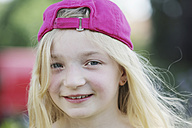 Germany, North Rhine Westphalia, Cologne, Portrait of girl with cap, smiling, close up - JATF000257