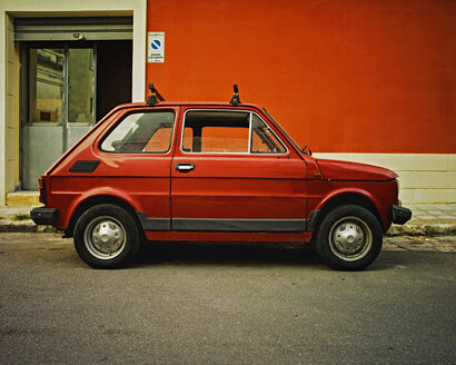 Italy, Old red fiat 500 on street of San cesario di Lecce - DIK000064