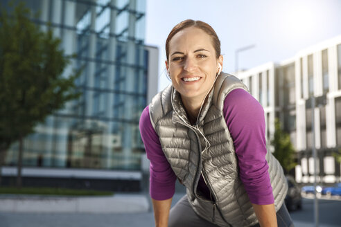 Smiling athletic woman outdoors - SU000004