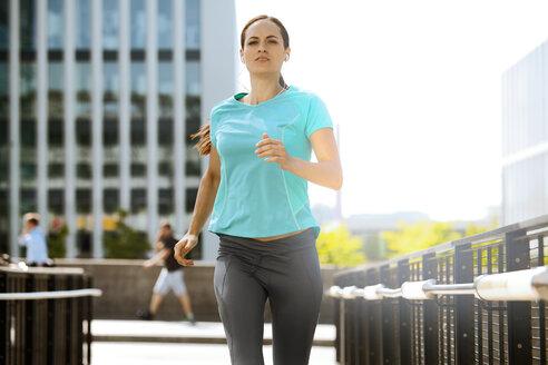 Jogger running in city - SU000049