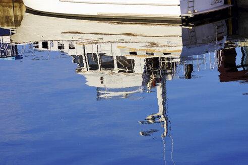 Germany, Mecklenburg Western Pomerania, Mirror reflection of motor boat - HOHF000208