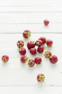 Strawberries on wooden table, close up - CZF000062