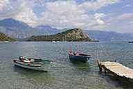 Turkey, Mugla, Fethiye, Boats in Gemiler bay with Gemiler Island in background - SIE004324