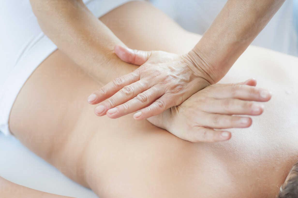 Traditional Chinese Medicine, TCM, female therapist during Tuina massage - MJF000370 - Jana Mänz/Westend61