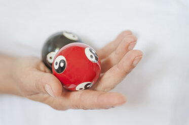 Traditional Chinese Medicine, TCM, female therapist with baoding balls - MJF000362