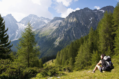 Italy, South Tyrol, Puster Valley, Antholz-Obertal, Staller Saddle, Hiker looking at Antholz Valley - UM000635