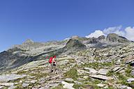Austria, Carinthia, Obervellach, Upper Tauern, Reisseckgruppe, female hiker in front of Kammwand, Grubelwand and Riedbock - SIEF004357