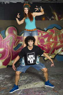 Germany, Stuttgart, Hall of Fame, Two Hip Hop dancers at airbrush wall - STSF000136