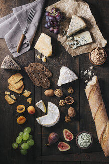 Cheese platter with fruits and nuts - EC000313