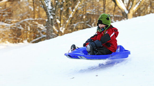 Germany, Munich, Little boy tobogganing - RDF001156