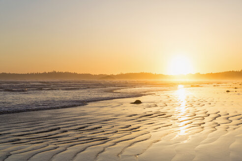Canada, British Columbia, Vancouver Island, Pacific Rim National Park Reserve of Canada, Long Beach at sunrise - FO005287