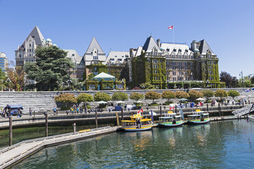 Canada, British Columbia, Victoria, Water taxis in front of the Empress Hotel - FO005307