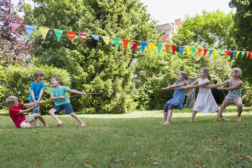Children playing tug-of-war on a birthday party - NHF001418
