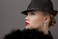 Young woman with hat - DR000196