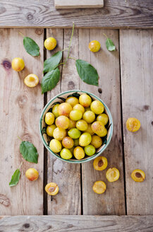 Mirabelles in a bowl on a wooden tray - CZF000085