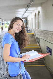 Germany, Thuringia, Sonneberg, Portait of a teenage girl waiting at the train station - VT000032