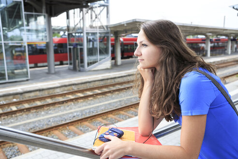 Germany, Thuringia, Sonneberg, Portait of a teenage girl waiting at the train station - VT000029