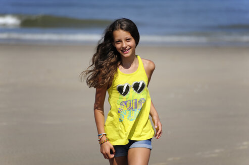 Holland, Zeeland, Domburg, girl running on the beach - MIZ000394