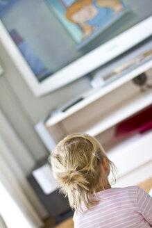 Germany, Schleswig-Holstein, Kiel, little girl watching TV - JFE000213