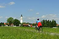 Germany, Bavaria, cyclist at Schlingen, near  Bad Woerishofen - LB000289