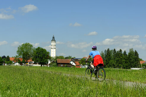 Germany, Bavaria, cyclist at Schlingen, near  Bad Woerishofen - LB000289