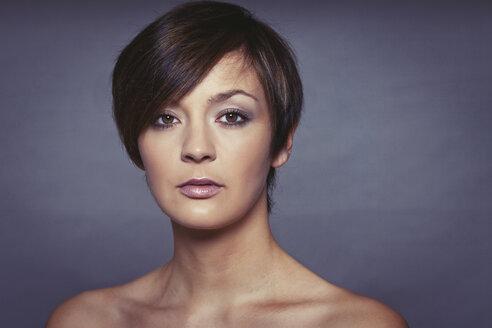 Portrait of young woman, studio shot - HR000002