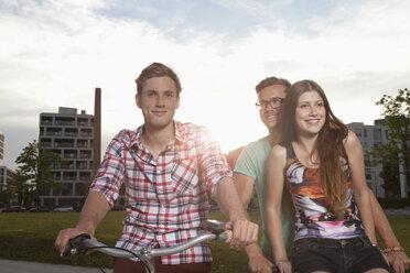 Germany, Bavaria, Munich, Friends with BMX bicycle - RBF001370