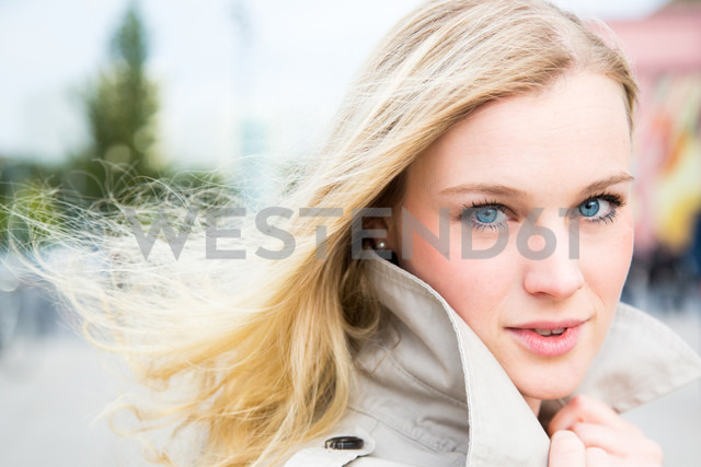 Germany, Berlin, portrait of young woman - NGF000031 - Nadine Ginzel/Westend61