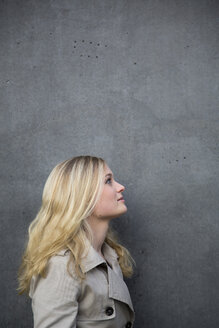 Blond woman in front of a wall - NGF000041