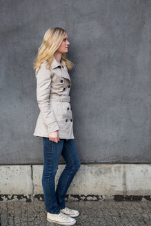 Blond woman in front of a wall - NGF000039