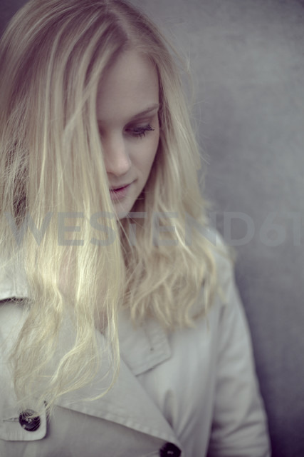Blond woman in front of a wall - NGF000037