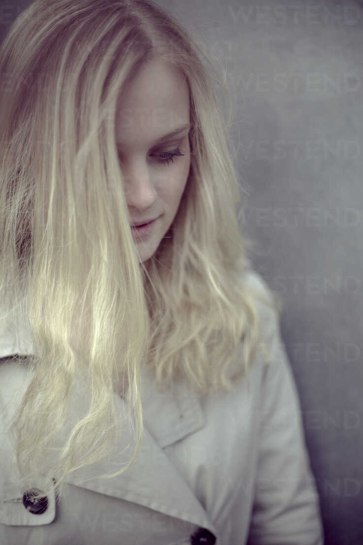 Blond woman in front of a wall - NGF000037 - Nadine Ginzel/Westend61