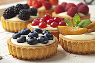 Pies with vanilla pudding and different fruits, studio shot - CSF020137