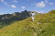 Austria, Carinthia, Carnic Alps, female hiker - SIEF004490
