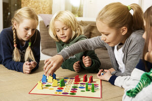 Four children playing ludo in living room - GD000215