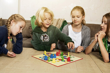 Four children playing ludo in living room - GD000217