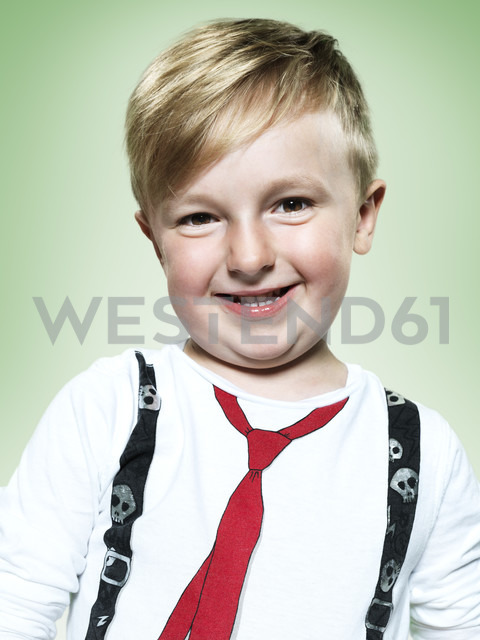 Portrait of smiling little boy, studio shot - STKF000379 - Stefan Kranefeld/Westend61
