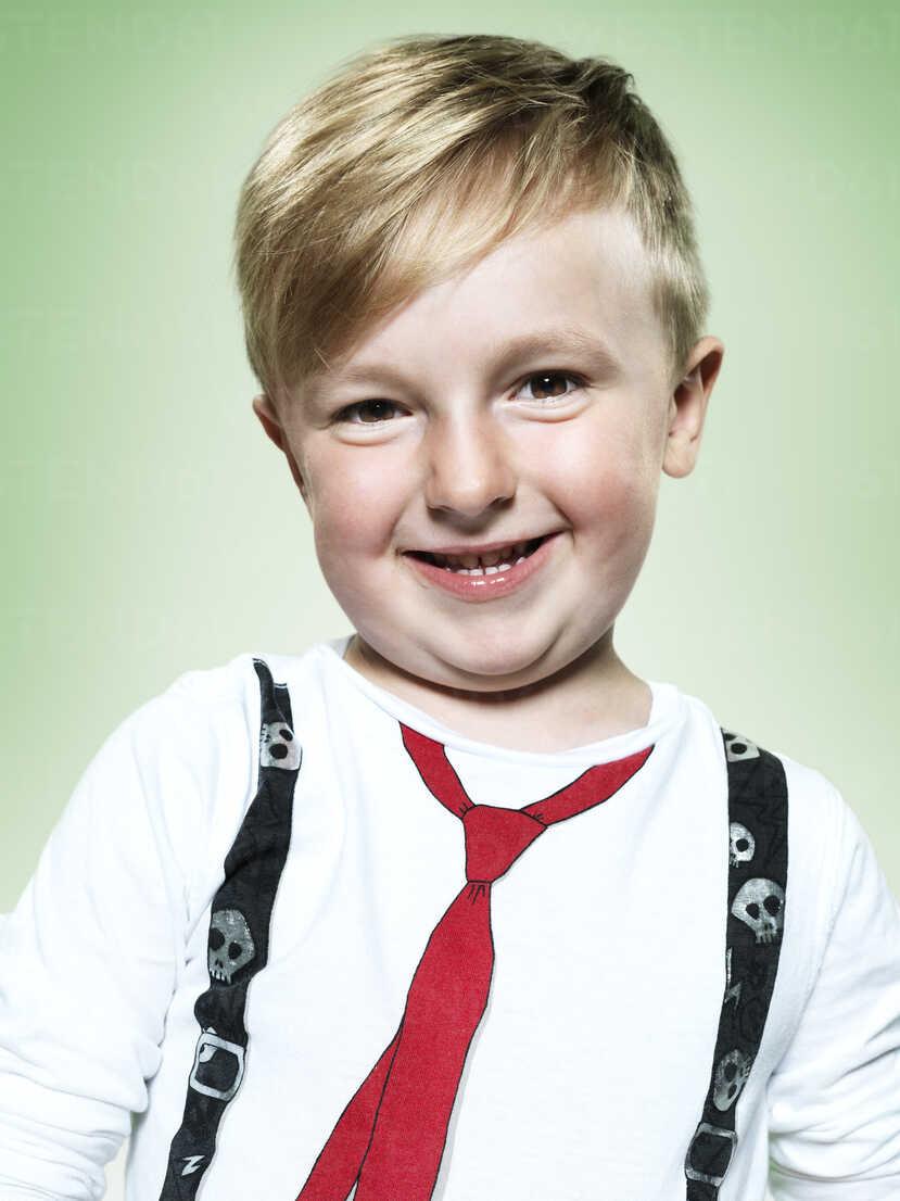 Portrait of smiling little boy, studio shot - STKF000379 - Stefan Kranefeld/Westend61