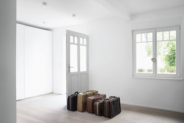 Germany, Cologne, Luggage in empty room - PDF000524