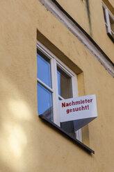 Germany, Bavaria, Landshut, Sign for new tenant at window - AMF000982