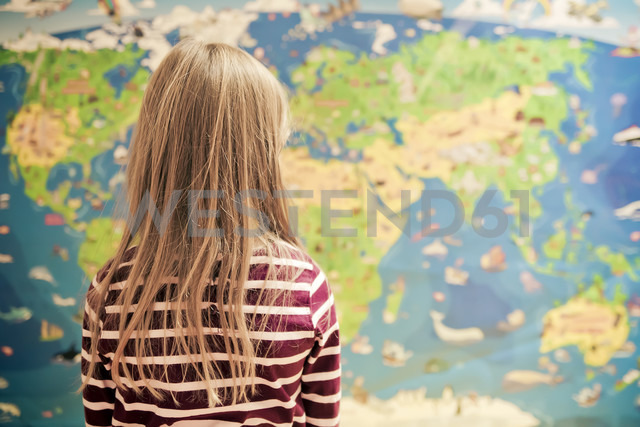 Girl in front of world map - SAR000119 - Sandra Rösch/Westend61