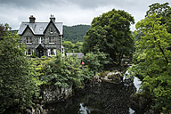 Great Britian, Wales, Caernarfonshire, Betws-y-Coed, old Guesthouse at Conwy river - EL000575