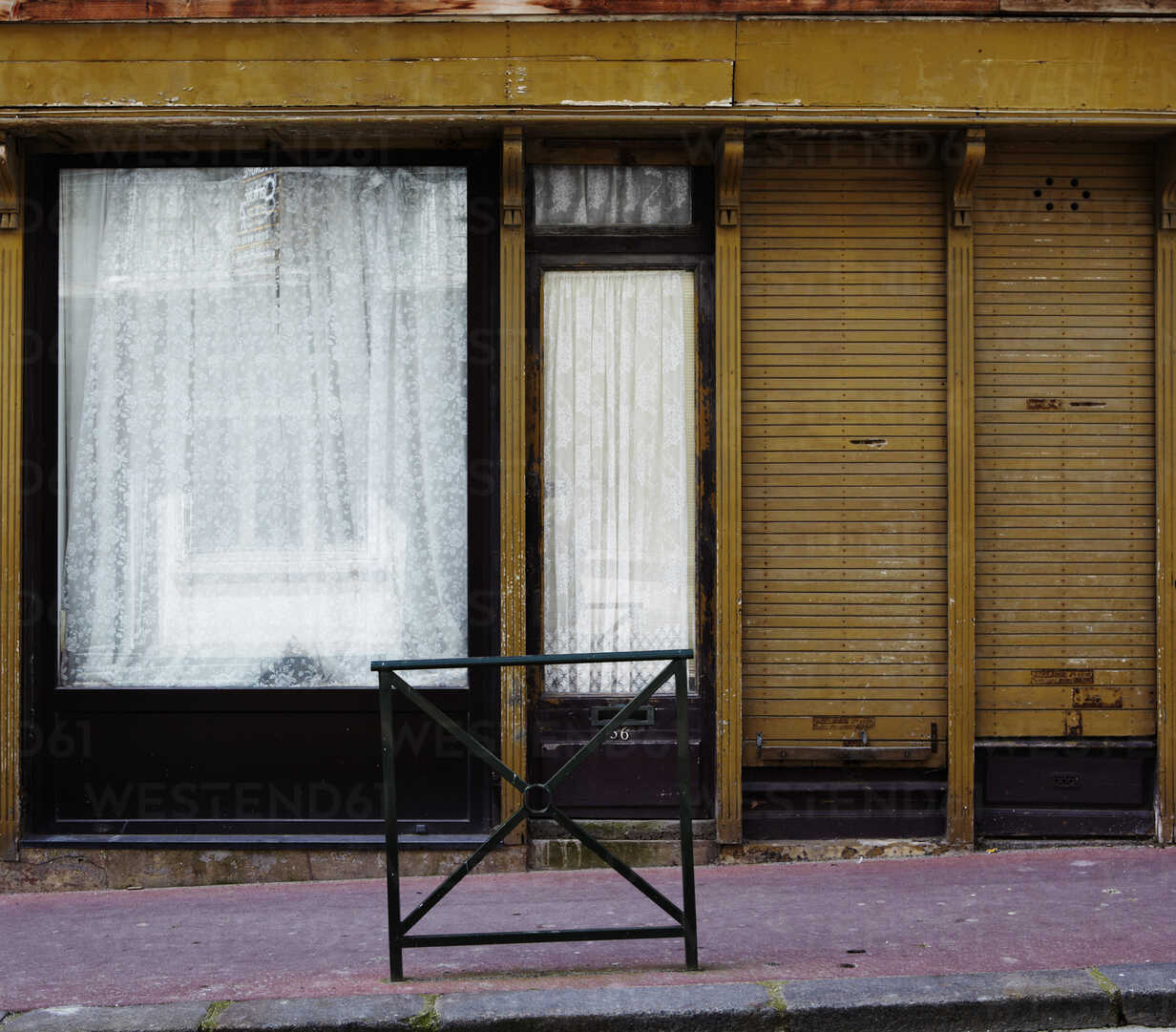 France, Normandy, Deauville, Abandoned shop window - TLF000720 - Tanja Luther/Westend61