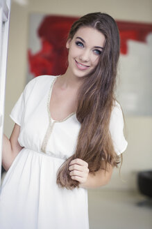 Portrait of teenage girl in front of a red painting - GDF000261