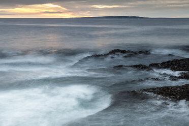 Irland, County Clare, Waves at the coast near Doolin - SRF000346